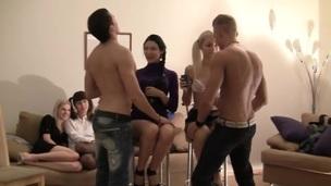 sucking tenåring ridning trimmet hardcore blowjob doggystyle gruppe kjønn russisk