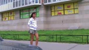 сосет брюнетки подросток минет на открытом воздухе крупный план реально орально