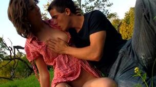 giovanissima posizione pecorina pornostar piacere sesso all'aperto sgualdrina