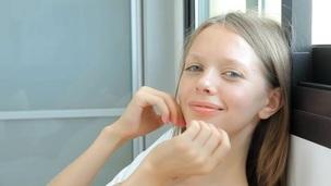 brunette tenåring trimmet truser fingring onani solo små pupper tynn nærhet