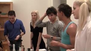 sucking brunette tenåring ridning trimmet hardcore blowjob doggystyle kjønn russisk