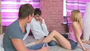 tenåring hardcore blowjob amatør jomfru russisk første gang sokker mmf
