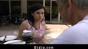 brunette tenåring babe sjarmerende slikking cunt