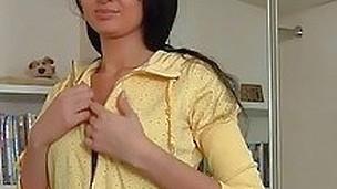 brunette tenåring sjarmerende onani solo små pupper tynn