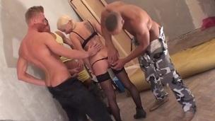sucking tenåring blonde trimmet hardcore trekant gangbang blowjob doggystyle anal
