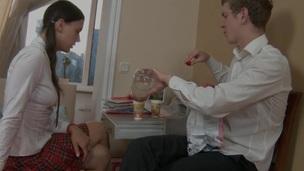 brunette tenåring hottie trimmet hardcore doggystyle deepthroat kjønn russisk fingring