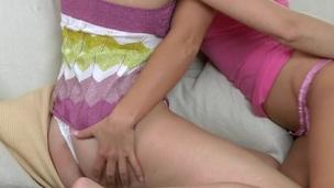 tenåring babe lesbisk dildo slikking leketøy kyssing onani